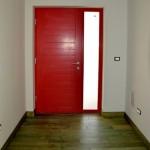 Masivna ulazna vrata i seljački pod