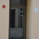 Ulaz u zgradu. Aluminijska vrata sa staklom i samozatvarajućim mehanizmom